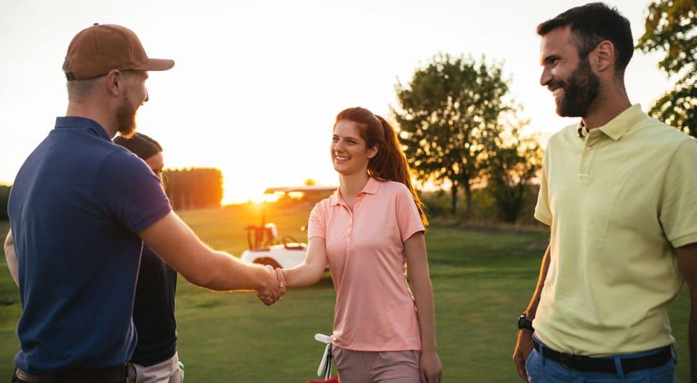 Menschen auf dem Golfplatz