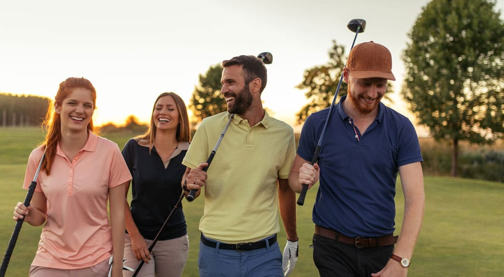 Golfergruppe am Abend auf dem Platz