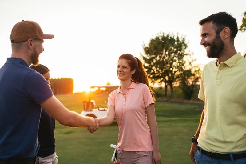 Spaß mit Freunden auf dem Golfplatz